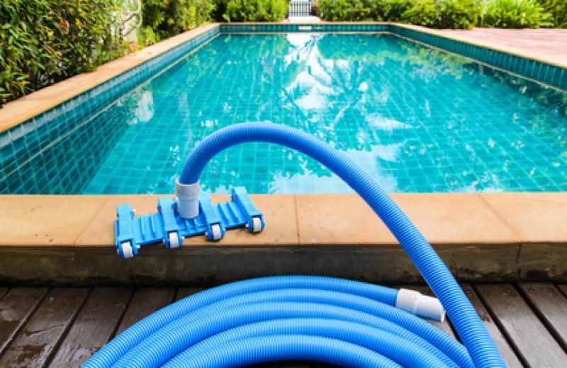 Alp jardineria servicios de jardineria barcelona c mo for Limpieza fondo piscina